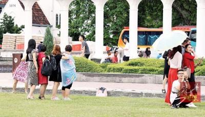 虽然导游屡劝游客顾好财物,但依然有游客将包包放在一旁。