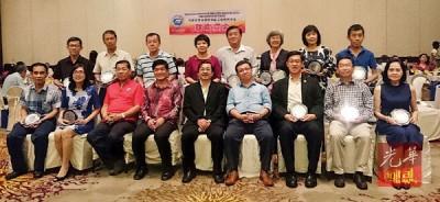 陈顺荣(前排左4)及黄再平(左5)在颁发纪念品后,与曾小平(左3)、陈果亮(左6)及17名校长及代表们合照留影。
