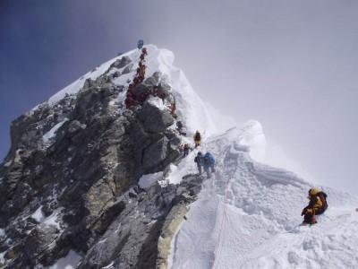 登山者遁希拉莉台阶上顶。