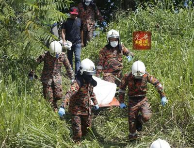 消除拯人员帮助从废矿湖打捞起尸体,之后交由警方处理。