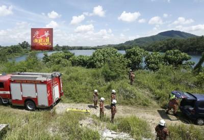派出所与消除拯人员接获投报后赴废矿湖展开搜寻行动。