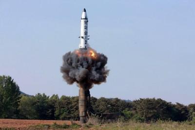 朝鲜早前成功试射火星12号弹道导弹。(法新社照片)