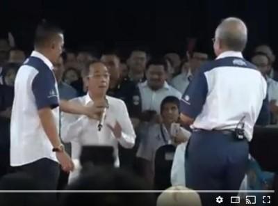 张秋发当首相面前当众遭一名表演者掌掴,震四幢。