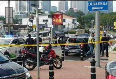 警员封锁现场查案。