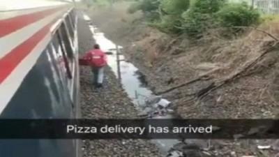 利维沿着长长的列车轨走下。