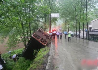 有村民发现车祸,向消防部门求助。