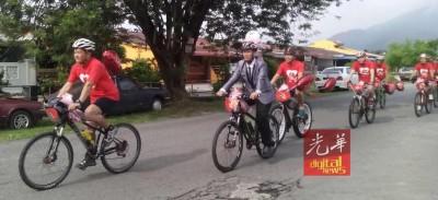 新郎一身西装打装骑脚车,吸引众人目光。