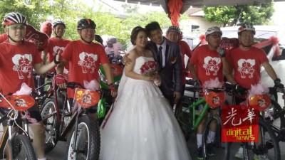 经过5公里长骑,新郎把美娇娘娶回家。