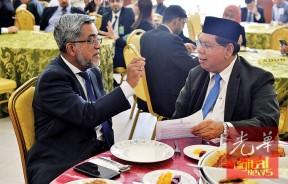 阿都马烈(左)及沙烈曼在饭厅内交流关于伊斯兰的事务。