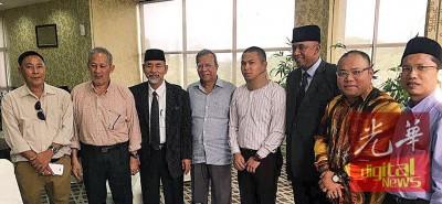 车主(右4)同兄长陀财运(右2)星期四会晤清真寺代表,啊高的作为致歉,但愿已风波。