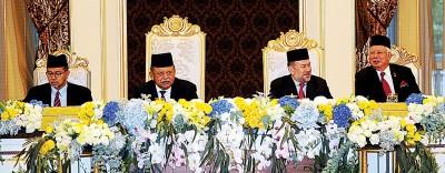 国家元首苏丹莫哈末五世陛下(左3)出席玻璃市拉惹端姑赛西拉祖丁殿下(左2)主持的马来统治者理事次日会议,纳吉(右1)及吉州州务大臣拿督斯里阿兹兰曼(左1)陪同在侧。