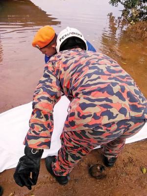 消拯员将死者遗体打捞上岸。