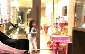 玥儿长发及腰,玩具房空间大。