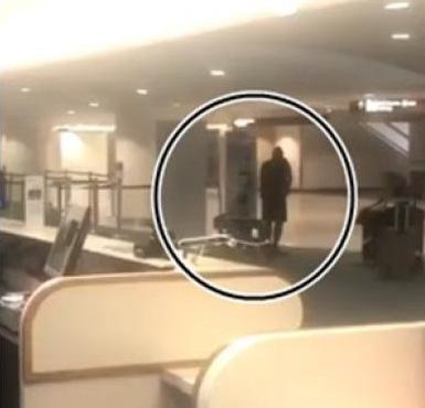 手嫌犯在客运大楼内徘徊。