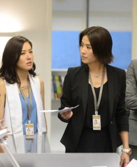 目前正在香港热播的《不懂撒娇的女人》,宣萱(右二)在剧中饰演一名强悍且有控制欲及爱权力的女强人Molly。