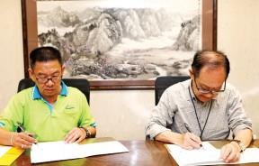 金世纪旅游有限公司总经理王福来与光华日报总经理准拿督李兴前签署合作协议。