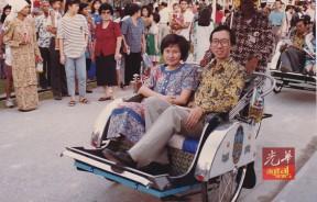 性格内向的徐嘉平,与新任首长第一次在公众场合露面,显得羞澀, (1990年11月初槟州同乐会开幕后)。