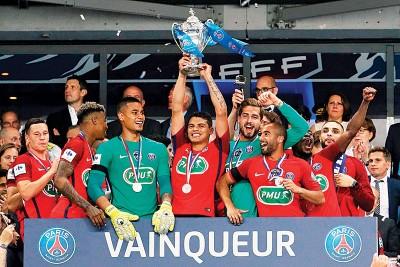 巴黎圣日曼1球力挫昂热史上第11浅夺得法国杯冠军,一举超越马赛,成法国境内夺得杯赛冠军最多的球队。图示队长蒂亚戈席尔瓦带着奖杯与全队共同庆祝。