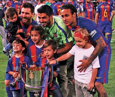 巴塞3好名家梅西、苏亚雷斯以及内马尔以及协调之儿女分享夺杯的喜。