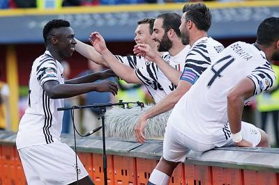 基恩(左)兴奋之跑到场边与替补席位球员庆祝进球。