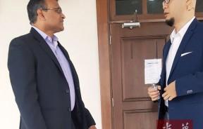 诉方证人王贤庞与辩方德兰费南德在庭外交谈。
