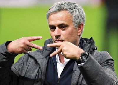 曼联主帅穆里僧奥庆祝自己第四次获失欧洲三大年夜杯赛的奖杯。