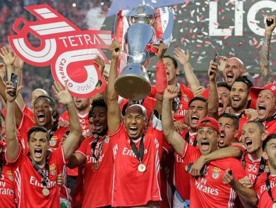 本菲卡庆祝联赛四连冠。
