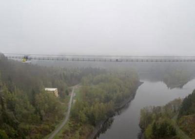 吊桥下为湖面。