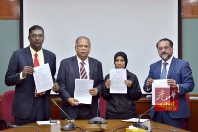 西蒂哈娃(右2)在左起雷尔、拉玛沙米和佳日星陪同下,召开记者会要求各方彻查。