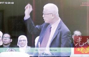彭文宝在议会内因不满巫统议员不支持他在总结中所提及的反贪污动议而与巫统医院争论。