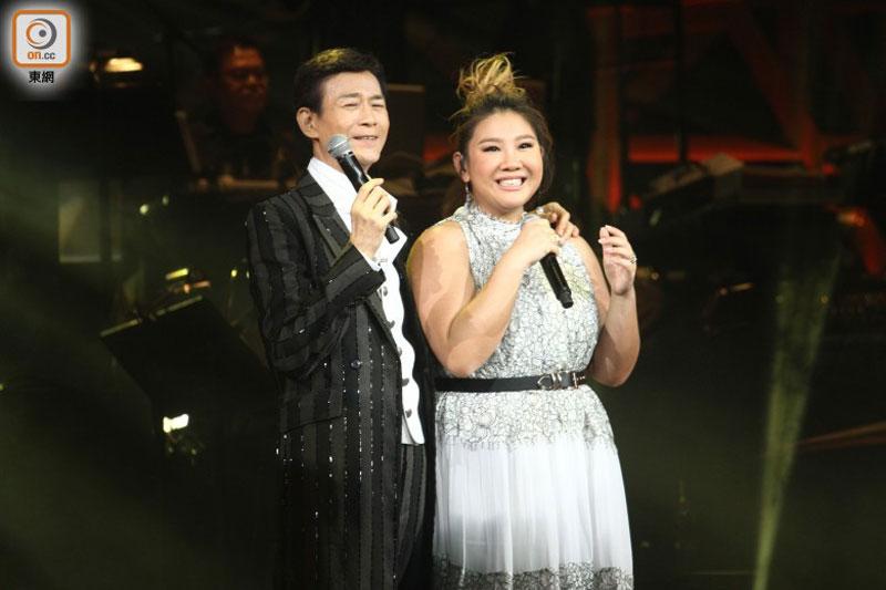 郑少秋和爱女欣宜同框合唱。