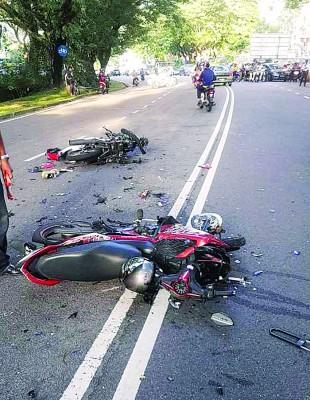 两辆摩托车皆毁不成形。