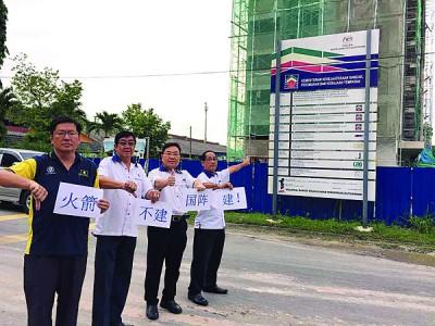 左起许智勇、林海顺、陈诠峰及沈耀权巡视国阵政府所建麦曼珍人民组屋。
