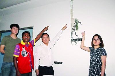 郑女士(右)向廖泰义投诉装修中的屋子,电线遭贼徒偷,右3起莫甘及李政升。