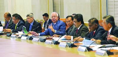首相纳吉(中)在国家出口理事会会议上表示,对我国第一季经济强劲表现感到雀跃。