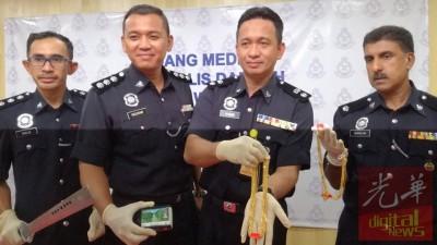 哈比比(右2)亮警方寻回的金饰,右是金马警区刑事调查主任古纳南可警监。