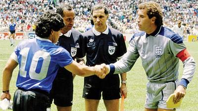 多切夫(右2)在1986年世界杯8强赛前见证英格兰与阿根廷代表(马拉多纳)握手。