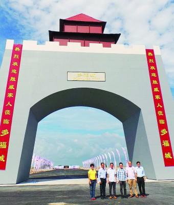 邱培栋(左3)促国行调查SVI集团的多福城计划。左起傅秋霞、刘志良;右起杨勇平、王锦涌及赖君万。