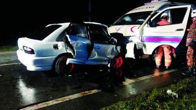 轿车失控迎撞反方向车道的救护车。