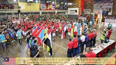 第53届全国17岁及以下青年篮球赛在瓜拉冷岳篮协体育馆完成运动员宣誓和盛大开幕。(图自雪兰莪篮总脸书)