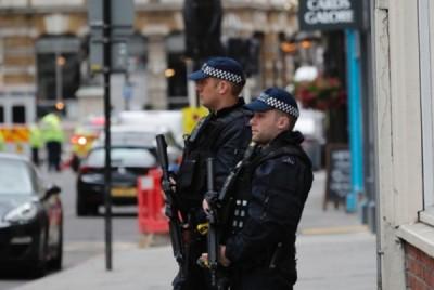 警官荷枪实弹戒备。(互联网图片)