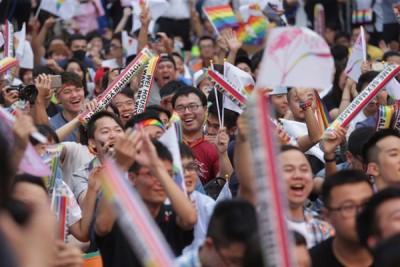 上月大法官公布现行民法不允许同性结婚已违宪,在外等候的民众纷纷欢呼支持。(中央社照片)