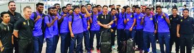 大马23岁以下国足集训队飞赴中国时在机场合照,中为王金瑞主帅。