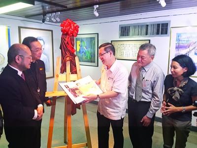 领导林冠英在董事长郭显荣,筹委会主席张彬龙及准拿督李凯律师的伴随下主持开幕。