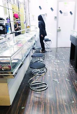 匪徒使用重物击破玻璃以抢走珠宝,令现场满地玻璃碎片。(网络照片)