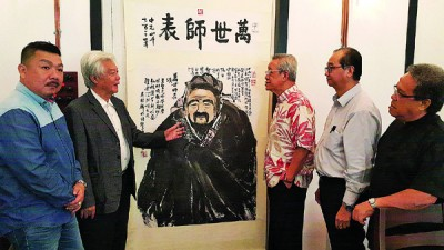 锺正好山(左2)以圆桌会议上出示其画作,吴天宝(右起)、杨忠勇、河水真诚及陈首铨(左)。