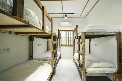 张泰顺用建筑商送的原木,沿成睡床、几和木凳,异常扎实。