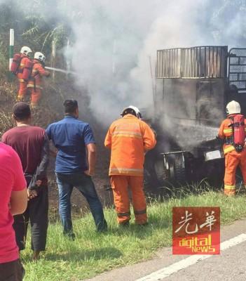 消拯员接报到场后,扑灭火势展开施援工作。