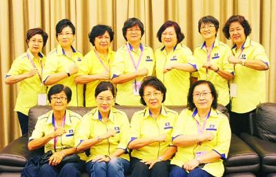 王赛之(前排左2)仰望华社接受人民连线机制进行的沿户访问。左起为陈文菊、王钟璇与黄金莲。
