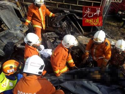 消拯员小心翼翼从休旅车内移出5具焦尸。